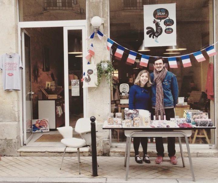 Gaëlle et Maxime devant la boutique Do You Speak Français